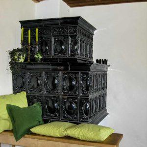 Gestaltung Kachelofen mit Keramik Handarbeit von Judith Smetana, Keramikwerkstatt in Lengenwang, Ostallgäu