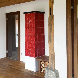 Gestaltung Kachelofen mit Keramik in Handarbeit aus der Werkstatt von Judith Smetana, Keramikerin aus Lengenwang im Allgäu