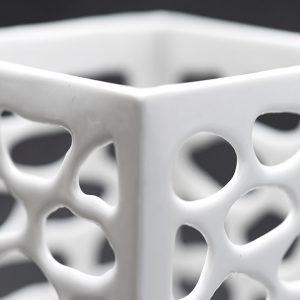 Detail Porzellan mit Netzstruktur aus der Werkstatt von Keramikerin Judith Smetana